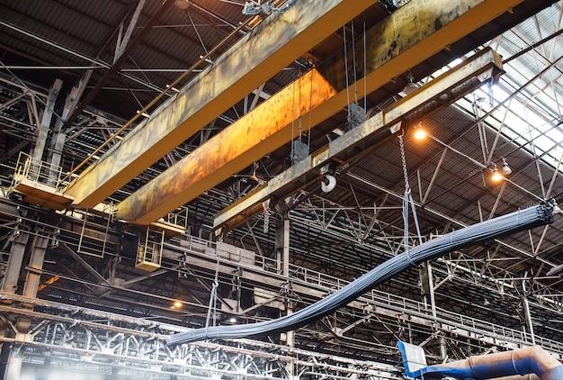 クレーンローダーは工場で鉄筋と線材を運びます。