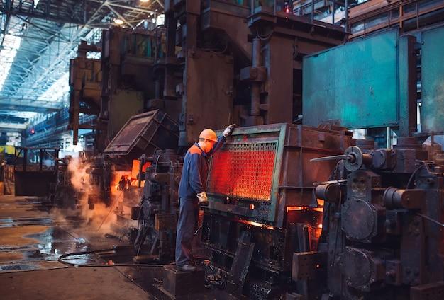 Рабочие на сталелитейном заводе.