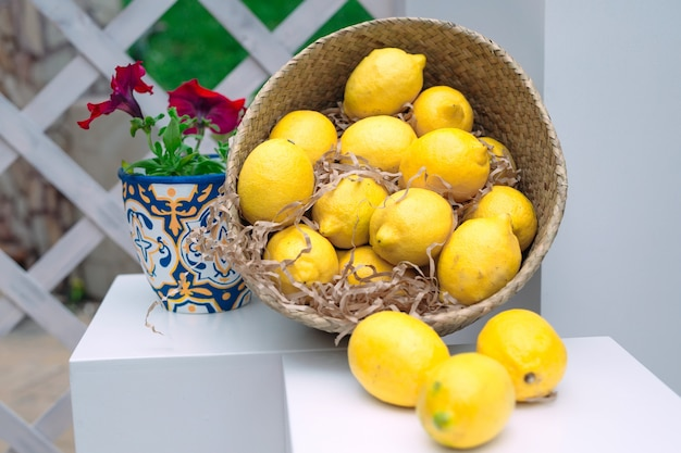 Плетеная корзина с лимонами.