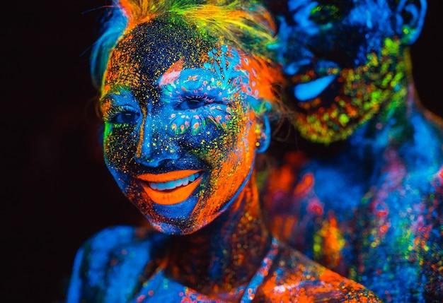 蛍光粉で塗られる恋人たちのペアの肖像画。
