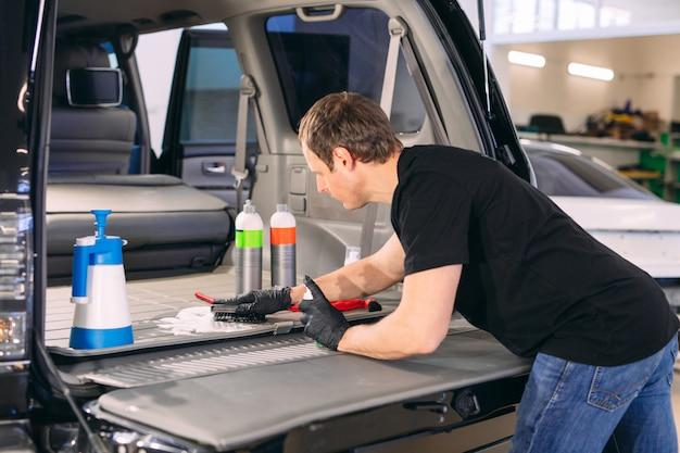 車の化学者。車のトランクの化学処理。
