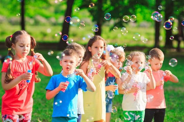シャボン玉を吹く子供たちのグループ