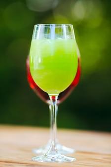 Летний коктейль. фруктовый коктейль на зеленый. цитрусовые, ягоды, клубника, черника, мята, лед.