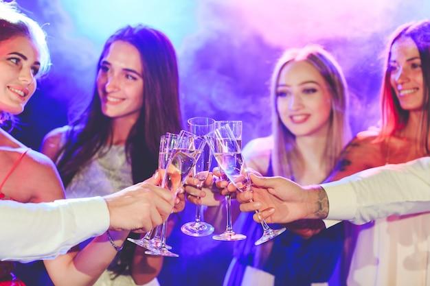 パーティーでアルコール飲料と友達。