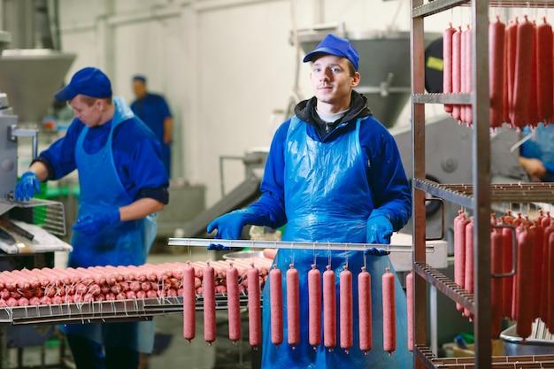 肉屋でソーセージを処理する肉屋の肖像画