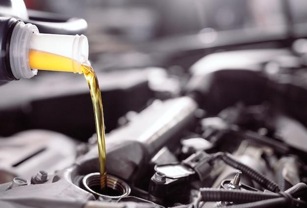 Моторное масло заливается в двигатель автомобиля.