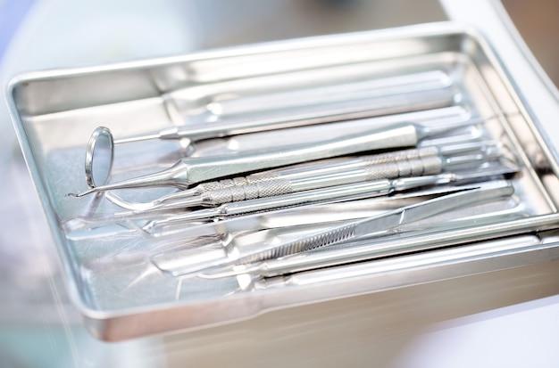 トレイ上の歯科用機器