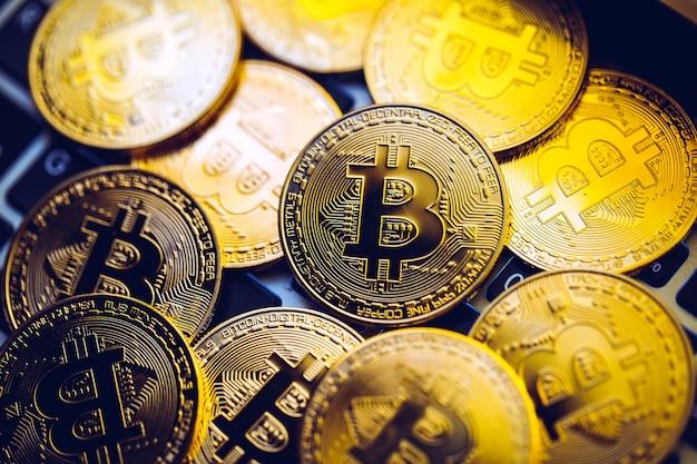 ノートパソコンのキーボードのビットコインコイン。暗号通貨。