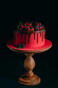 赤いベルベットの夏のフルーツケーキ。