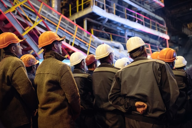 重工業の労働者のストライキ。