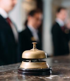 ホテルサービスベルコンセプトホテル、旅行、部屋、モダンな高級ホテルのレセプションカウンターデスク