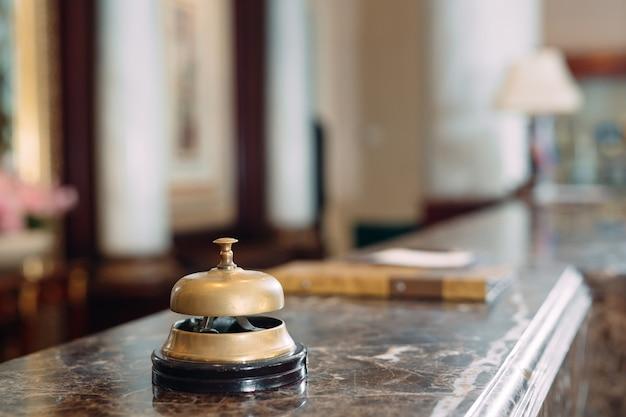 ホテルのデスクベルのショット。