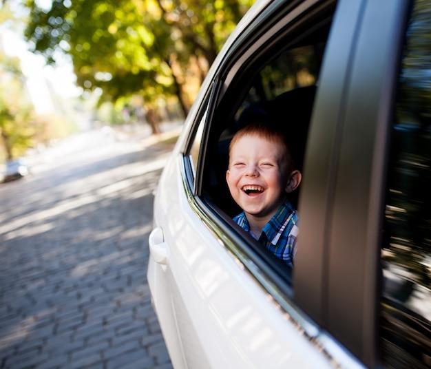 車の中で愛らしい男の子