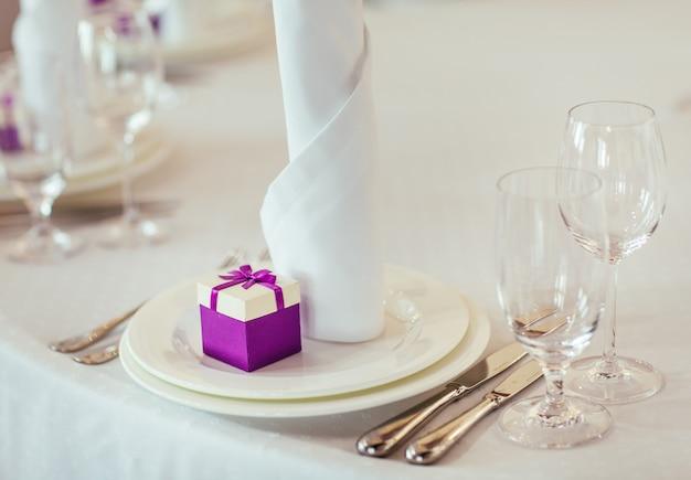 Столовый сервиз на свадьбу или другой ужин.