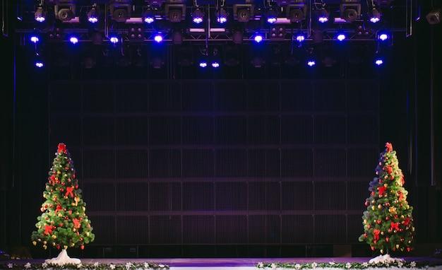 シーンとクリスマスツリー、舞台照明。
