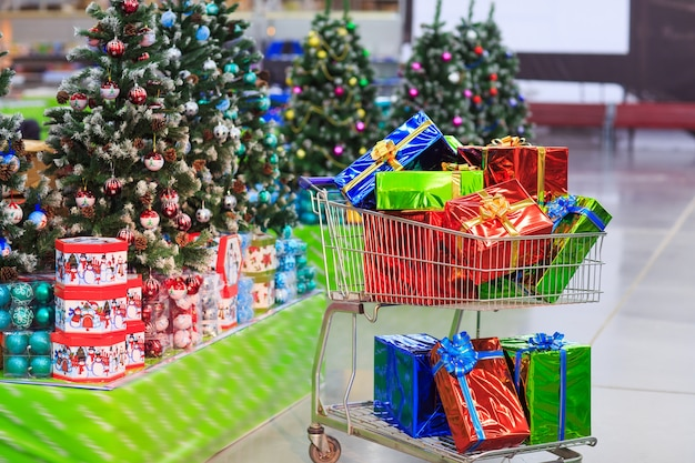 Корзина с подарками на фоне супермаркета