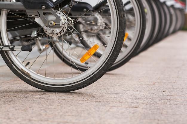 歩道にレンタル用の駐輪ビンテージ自転車バイクの行。