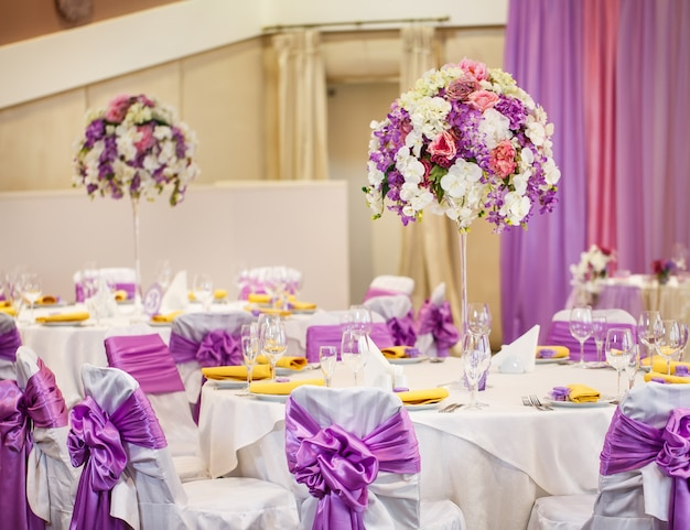 結婚式やその他のイベントディナーのテーブルセット。