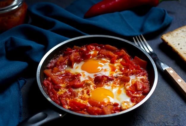 シャクショウカまたはシャクシュカ、トマトとピーマンのソースの卵