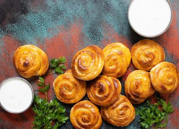 伝統的なバルカンチーズパイスパイラルフィロペストリー。ヨーグルトが添えられています。セルビア語とボスニア語のバーク。ブルガリアのバニツァ。トルコのボーク。ギリシャのティロピタ。バルカン料理。上面図。コピースペース