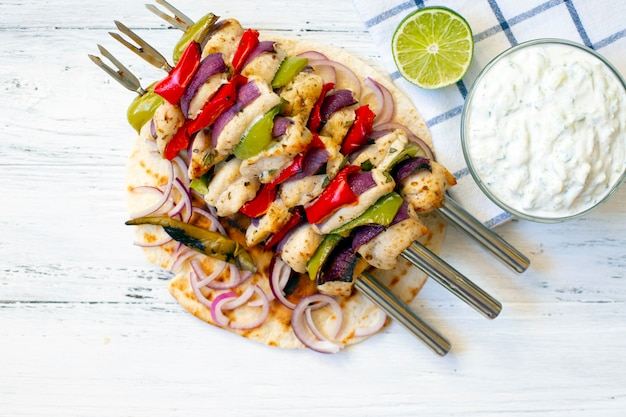 伝統的なギリシャ風グリルチキンスブラキ、ザジキソースとピタパン