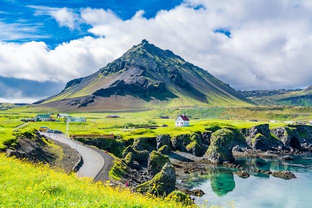 美しい家々と海岸線に玄武岩の岩の形成の眺め