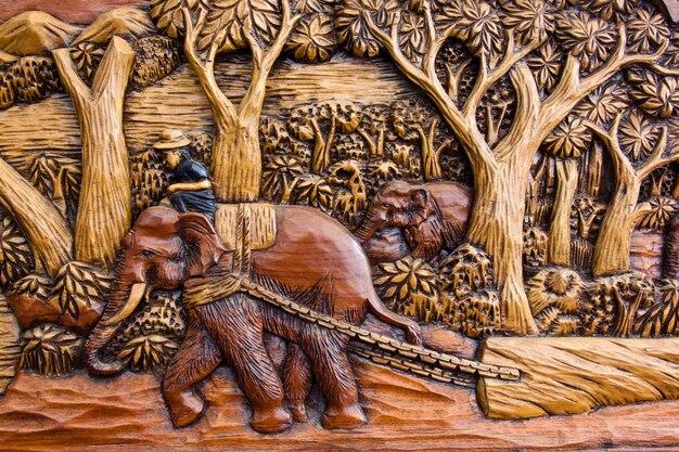 タイ北部の森で働く木彫り象。
