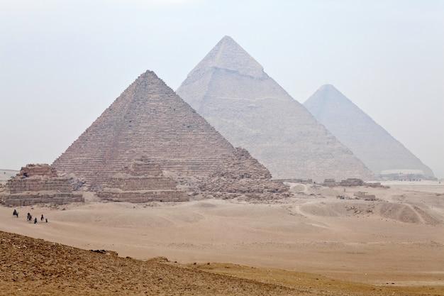 Вид на великие пирамиды гизы в каире, египет