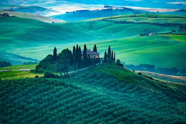 早朝、ヴァルドルシア、イタリアの美しい緑の丘陵風景の眺め