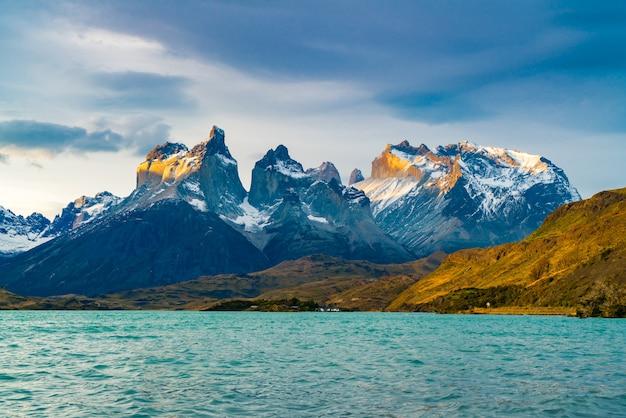 Вид на красивые горы куэрнос-дель-пайне и озеро пехо