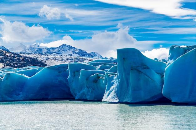 南チリのパタゴニア、チリのトレスデルパイネ国立公園で雪に覆われた山とグレーシャーグレーとレイクグレーのビュー。