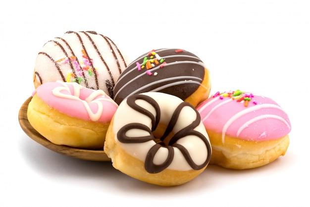 Вкусные домашние пончики в деревянной тарелке