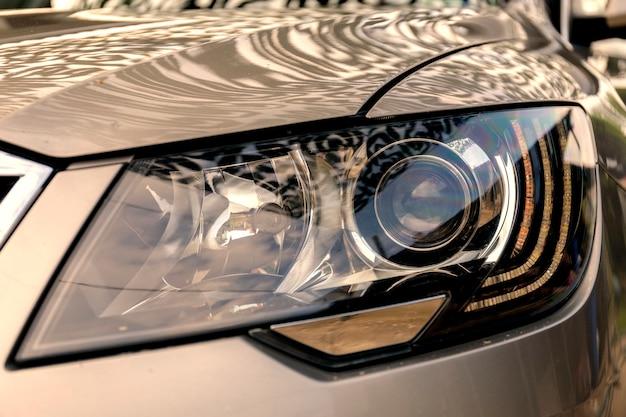 Фара современного престижного автомобиля крупным планом. фара автомобиля с малой глубиной резкости.