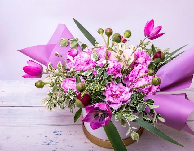 Стильный свадебный букет из нежных фиолетовых и розовых цветов сакуры.