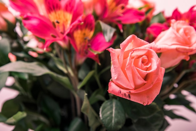Весенние цветы букет на столе. букет цветов оформят для украшения дома или торжества.