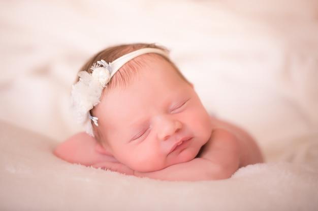 Новорожденная девочка в оголовье