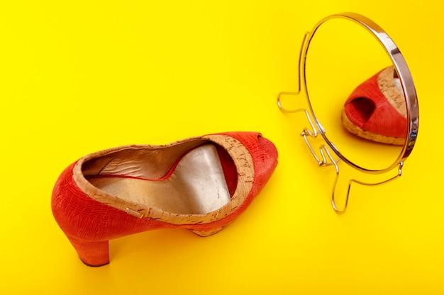 赤い革の女性靴