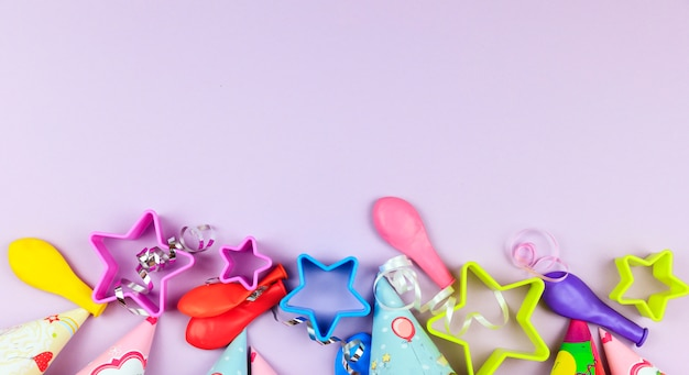 誕生日パーティーキャップ、バルーン、紫色の背景の星。