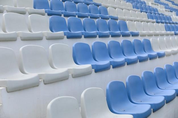空のスタジアム席をクローズアップ
