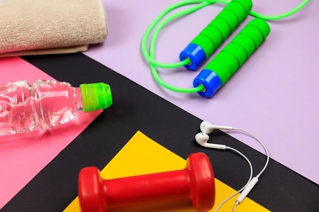 色の背景上のフィットネストレーニングのためのスポーツ用品。