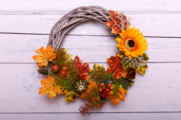 木製の背景に秋の花輪。感謝祭のコンセプト。コピースペース