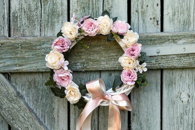 弓、花、装飾品で飾られた美しい手作りのクリスマスや秋の花輪