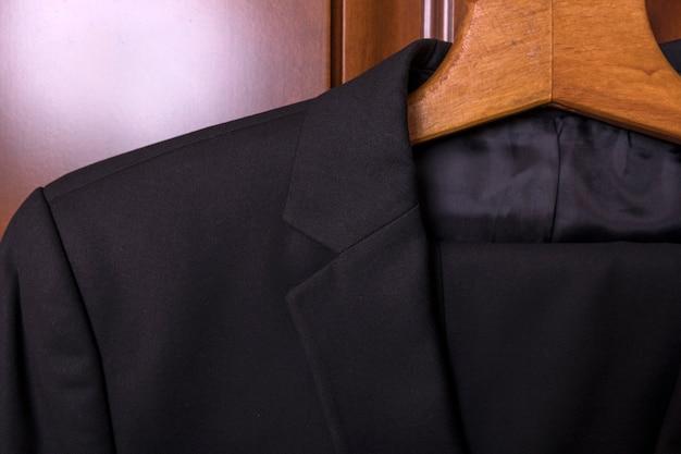 Мужской костюм отворотом булавки крупным планом с учетом делового костюма и галстука корпоративной встречи
