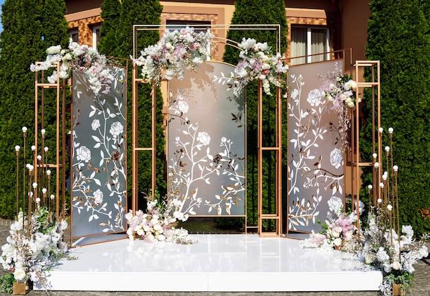 Красиво оформленный стол для свадебного мероприятия