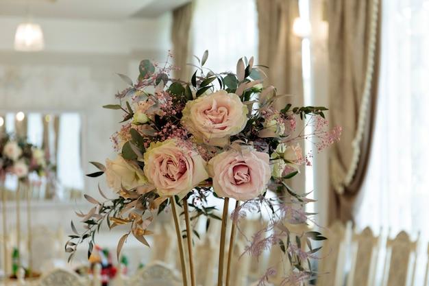 結婚式のイベントのための美しく装飾されたテーブル