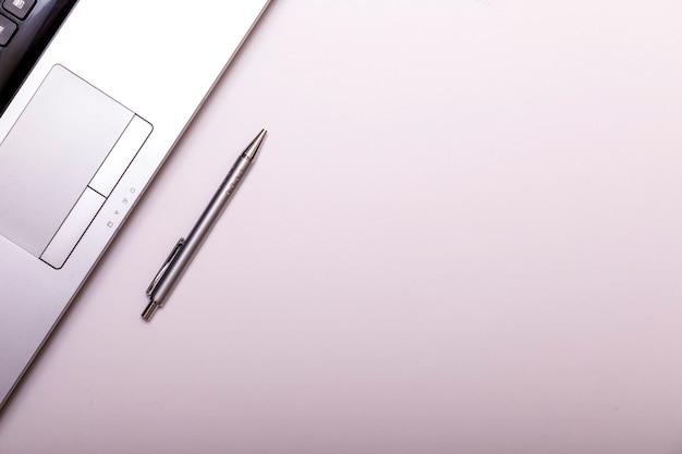 ノートパソコンのキーボード、ペン、鉛筆で最小限の職場