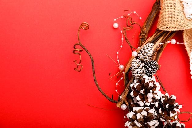 赤の背景に降臨またはクリスマスの花輪。