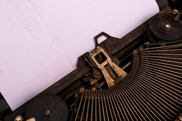 アンティークタイプライター。ビンテージタイプライターマシンのクローズアップ写真。