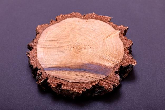 黒の背景に分離された木の切り株の断面図