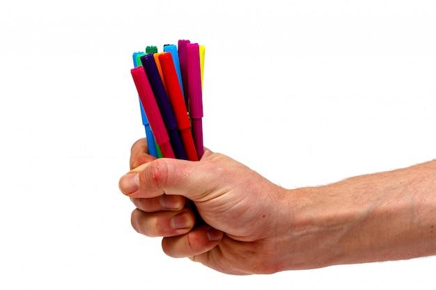 Мужская рука держа ручку отметки цвета изолированный. минималистичная концепция.